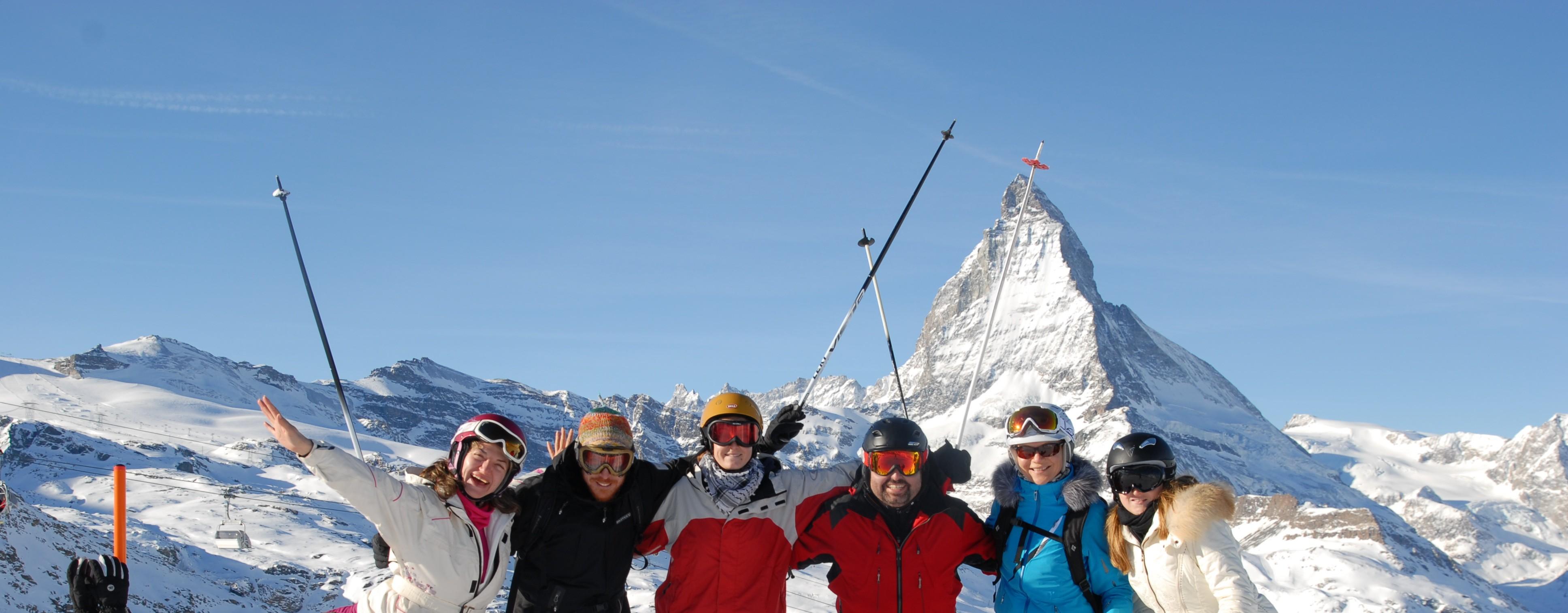 Camp de ski universitaire à Zermatt. Groupe devant Cervin.