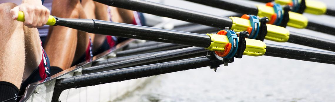 Sport olympique, l'aviron a la particularité d'être un sport d'équipe et individuel à parts égales.  L'aviron est un sport complet pratiqué souvent sur des plans d'eau calmes où tout votre corps sera mis à contribution pour faire avancer votre bateau contre les éléments. Depuis plus de 35 ans, l'aviron universitaire et la Société Nautique de Genève initient nos étudiantes sur le lac Léman ou le Rhône. Vous glisserez sur l'eau dans des yolettes à la recherche de l'efficacité du geste et de l'homogénéité de l'équipage.