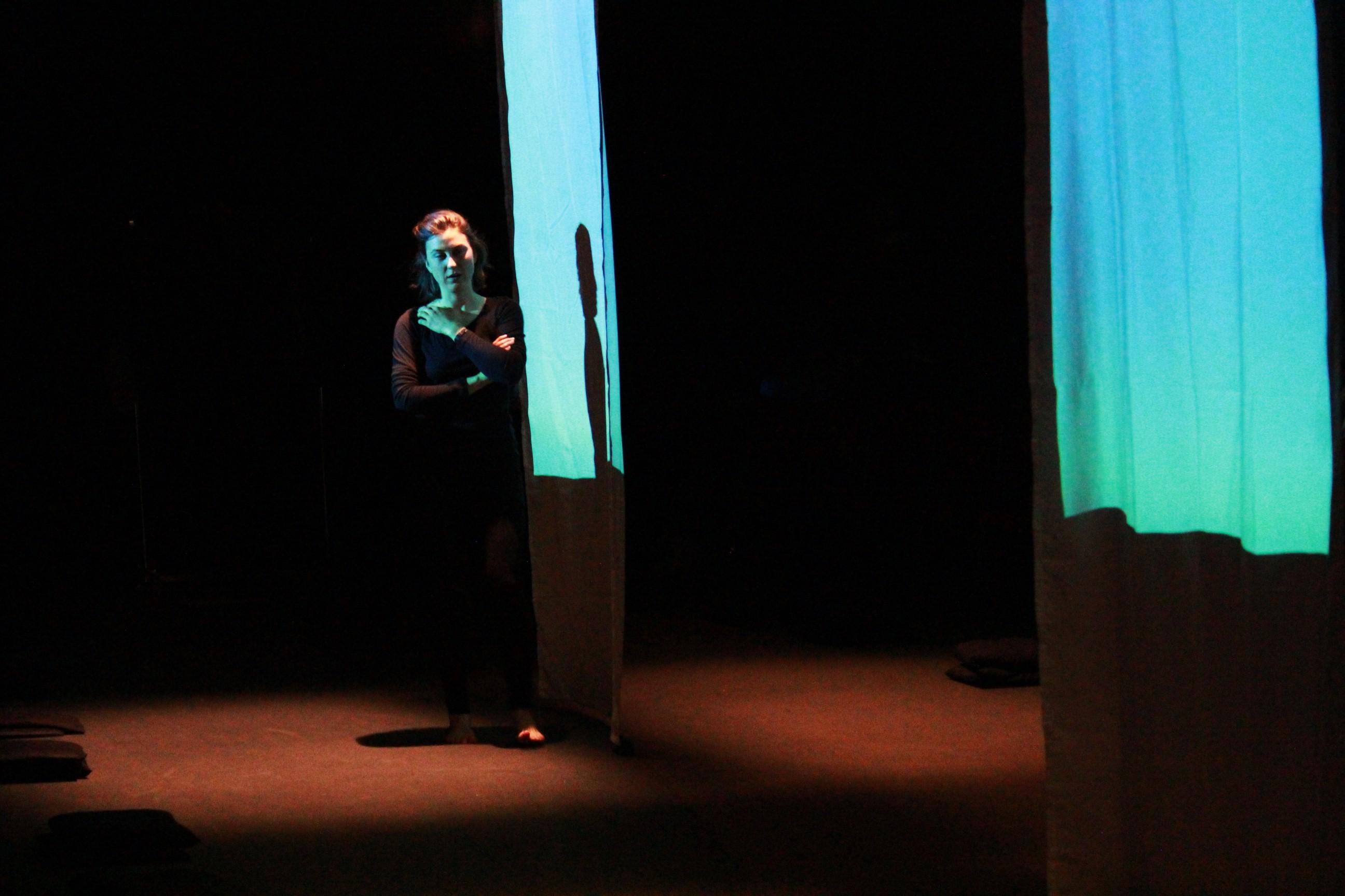 3 Nata devant le dispositif d'animation graphique mis en place pour le spectacle