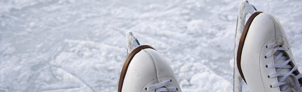 Le patinage artistique, discipline olympique, est un sport de glisse qui recherche l'esthétisme par le mouvement  Le patinage développera chez vous coordination, équilibre, rythme et souplesse.  Ce cours proposé par les sports universitaires vous permet d'acquérir les bases du patinage artistique. Il se déroule le jeudi midi et est ouvert à tous les niveaux. Même pour ceux qui ne sont jamais monté sur des patins.