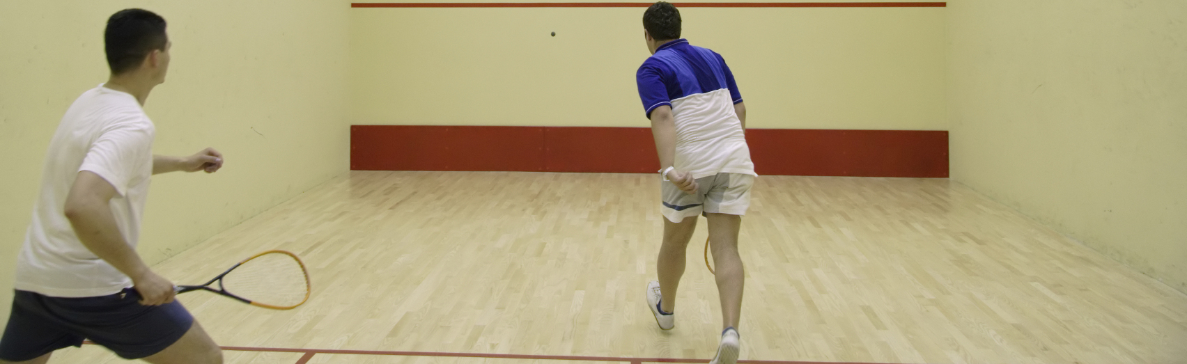Le squash est un sport de raquette unique: votre adversaire et vous-même devez attaquer et défendre sur le même terrain.