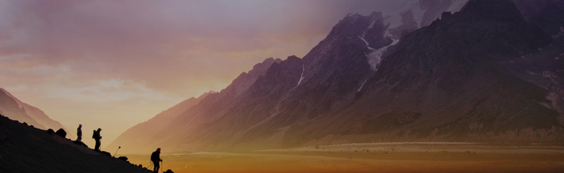 La randonnée à ski se déroule souvent en moyenne montagne. Sous la conduite d'un guide de haute montagne, vous évoluerez skis aux pieds sur des pentes enneigées dans un silence incomparable.  Cette activité s'adresse à des skieurs de bon niveau, à l'aise sur tous les types de neige non préparée. Une bonne condition physique est requise pour une montée variant entre 2 et 5 heures. La solidarité, le partage et le respect de l'autre sont les maîtres mots de ces rendez-vous.