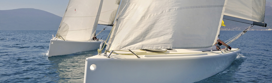 L'enjeu des sports de voile consiste à déplacer son bateau le plus efficacement possible à la seule force du vent. Venez  découvrir ce sentiment de liberté incomparable !