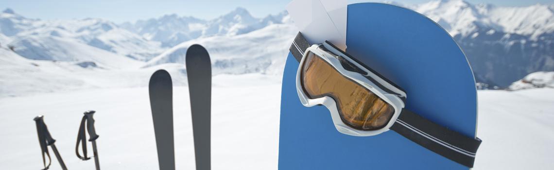 Le ski alpin et snowboard est un sport incontournable en Suisse.  Dans ce sport de glisse, la maîtrise d'un virage à pleine vitesse vous procurera des sensations fortes, contribuant à améliorer coordination, force-vitesse et agilité.  C'est pourquoi, les sports universitaires proposent des cours de ski les samedis durant tout l'hiver (de janvier à mars) ainsi que trois camps dans les plus mythiques stations de ski suisses.  Des moniteurs sont à disposition des groupes de tous niveaux. Les cours se déroulent en petits effectifs pour un apprentissage optimisé.