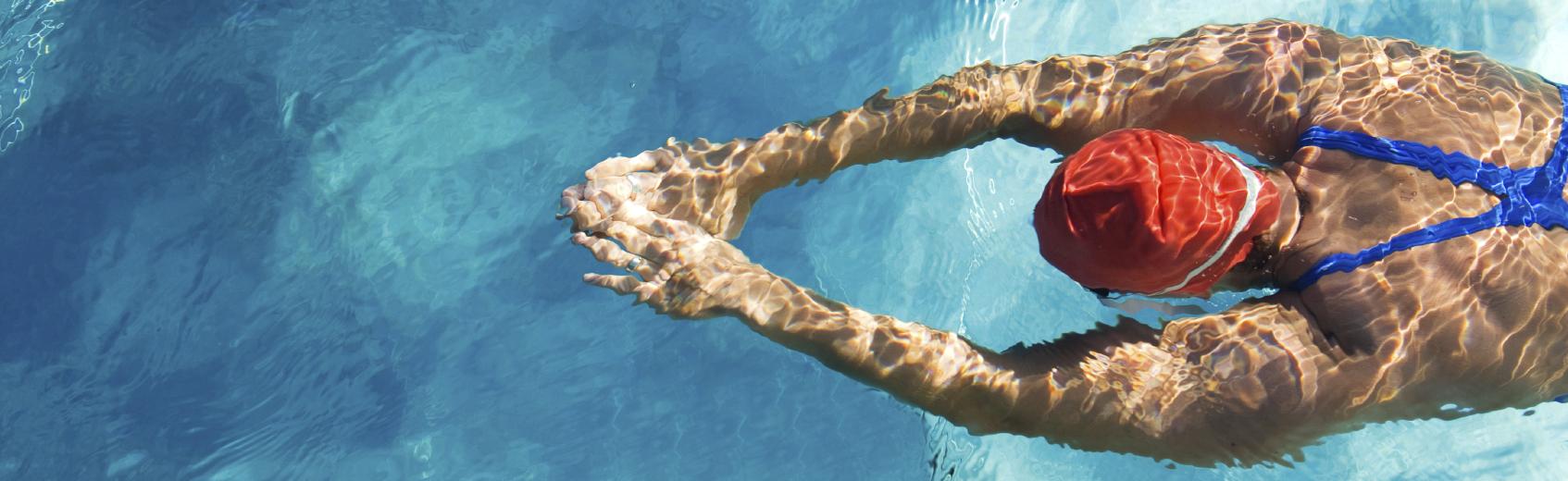 En collaboration avec l'école de natation de Genève et Genève Natation 1885, venez améliorer votre technique de nage dans le bassin olympique des Vernets ou de Varembé.  Les débutants n'ayant encore que peu ou jamais nagé sont accompagnés de manière adaptée.