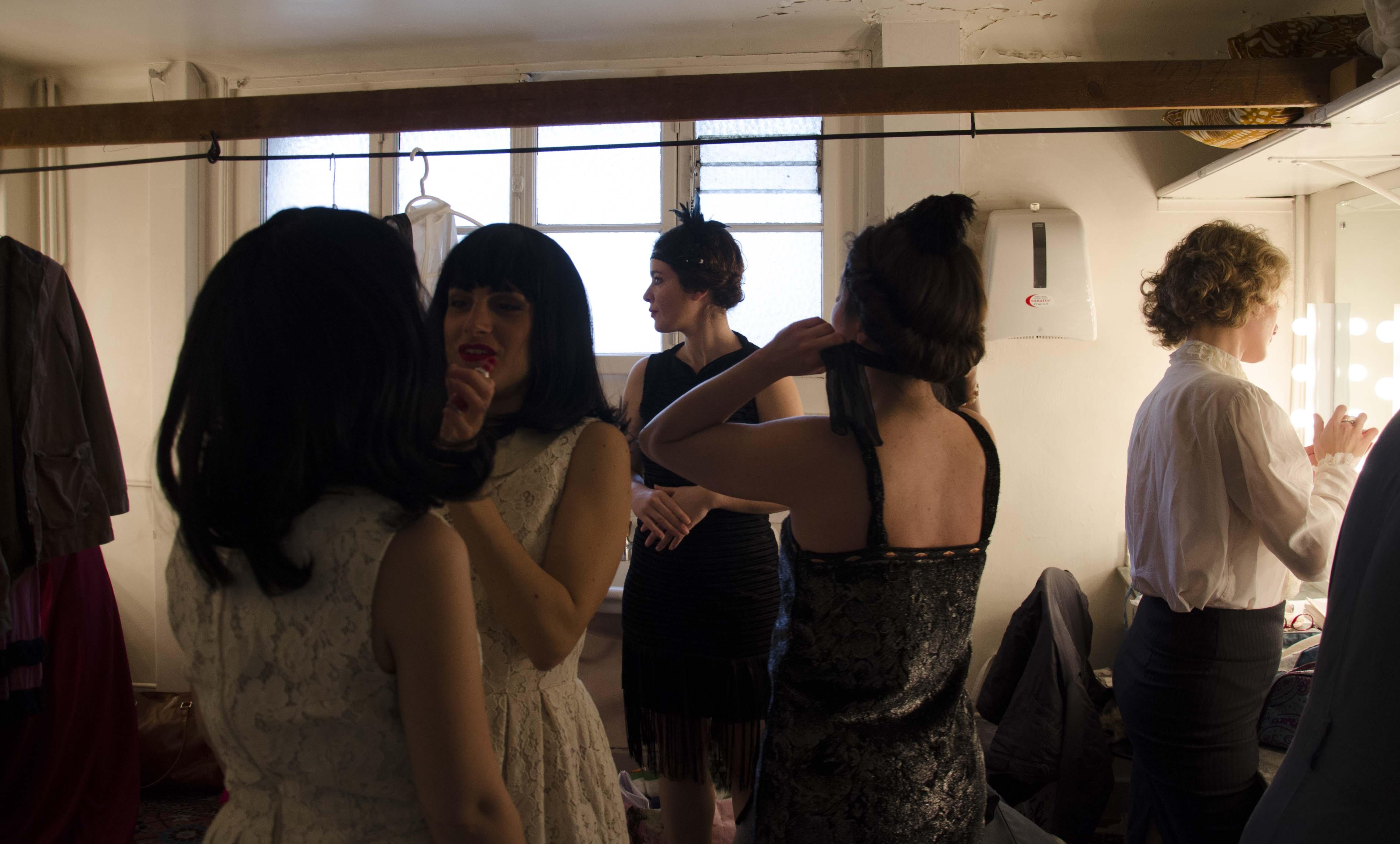 Les étudiants de l'atelier italien se préparent dans les loges de la Comédie