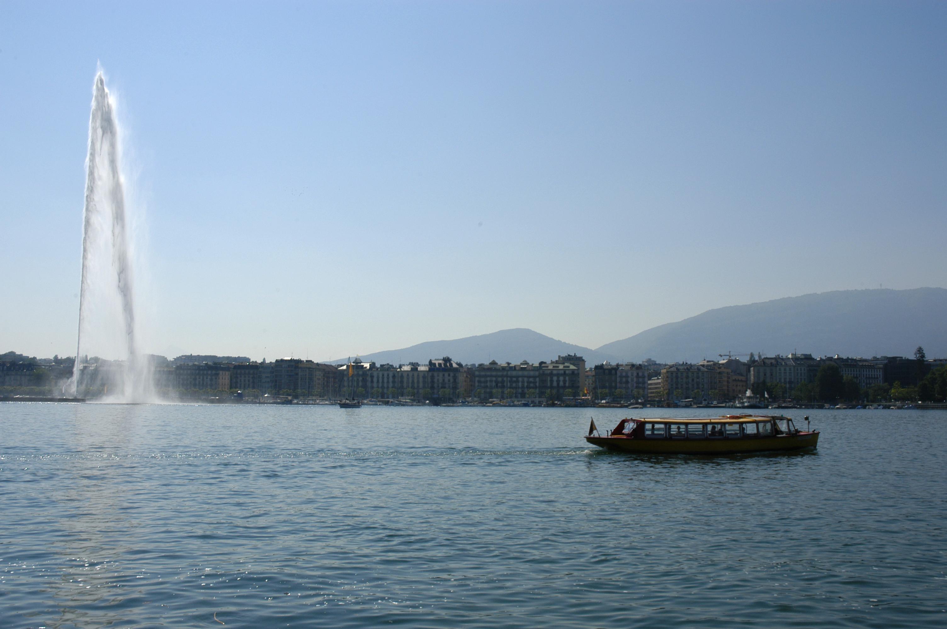 Vue sur le lac et le jet d'eau de Genève.